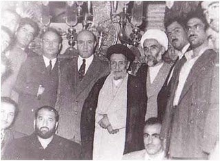 عکس یادگاری آیت الله کاشانی با شعبان بی مخ دو ماه بعد از کودتای ۲۸ مرداد